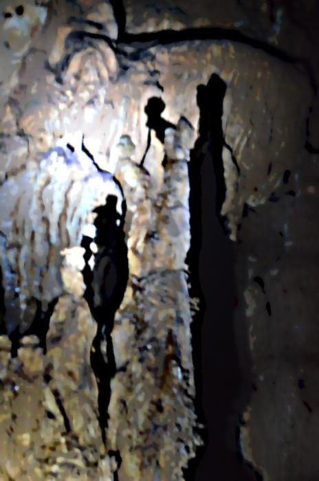 Gambar dalam gua yang dipantulkan oleh bayangan senter. (doc pribadi)