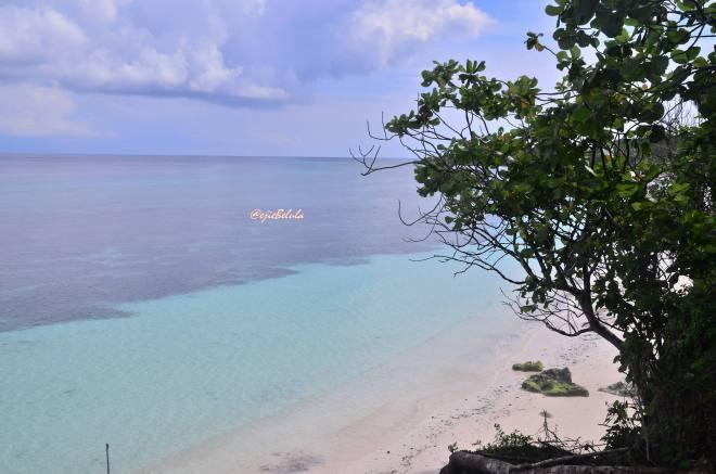 Diambil dari sisi lain yang berbeda, dimana pasangan turis sedang membangun villa di bibir Pantai Bara yang langsung menyentuh air toscanya. (doc pribadi)
