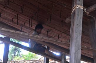Salah seorang pekerja yang sedang berkutat dengan mur besar yang baru sekali itu aku melihatnya. (doc pribadi)