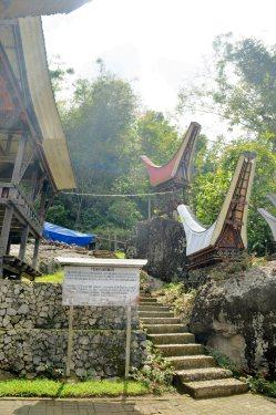 Dari arah pintu masuk menuju ke pembuatan menhir (batu pahatan yang berasal dari gunung). (doc pribadi)