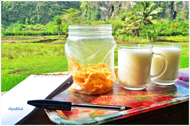 Sarapan pagi sehat, 2 gelas susu dan camilan pangsit. (doc pribadi)