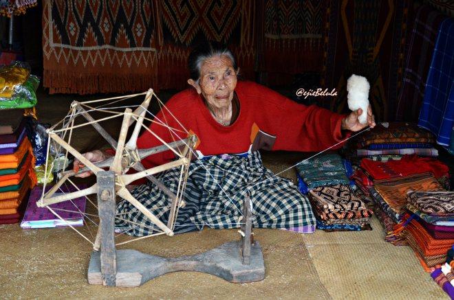 Seorang nenek yang menenun dengan mesin unuran. (doc pribadi)