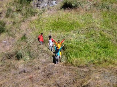 Trekking ceria pendaki yang berdaki. Atas-bawah: Q-bo, Rully, Kevin dan Tika. (doc pribadi)