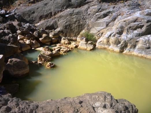 Sisi kiri air tejun yang lebarnya sekitar 2 meter. air lebih tenang tanpa gemericik jatuhan air yang besar dan tidak adanya yang bermain di sisi tenang iini. (doc pribadi)