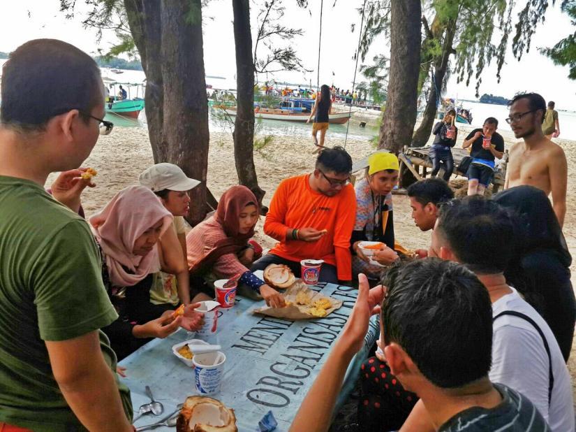 Rebutan gorengan Perak. (doc Delima Yoga)