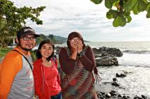 Bersama Bang pay dan Sri dilatarbelakangi oleh Pantai Loji. (doc pribadi Taken by Budiman Bros)