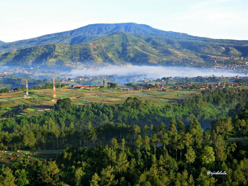Kabut menggantung antara gunug di depan Bukit Keraton dan city view. (doc pribadi)