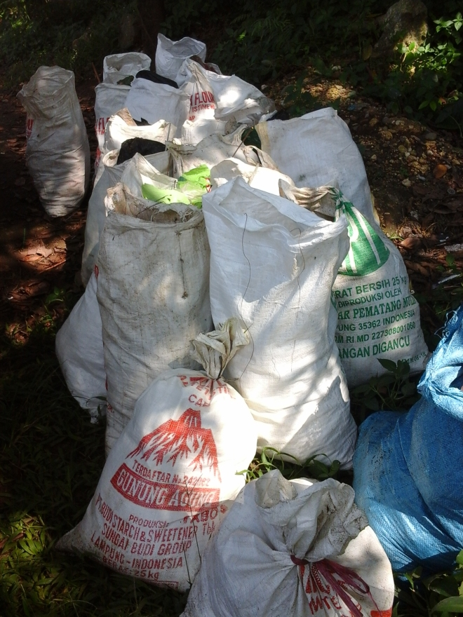 Karung berisi sampah yang dikumpulkan oleh warga #Bogor RW 10 dan 12 Kelurahan Bantar Jati. (doc pribadi)