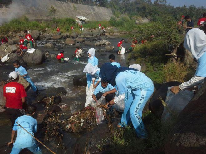 SMK Bina Putra turut ambil bagian bersih #SaveCiliwung #LMSC7. (doc Jaya)
