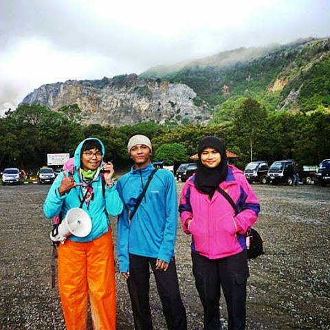Bersama teman dalam tim pendakian, Dana dan Septia. (Doc pribadi)