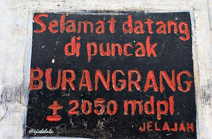 Tulisan puncak pada tugu Gunung Burangrang. (doc pribadi)