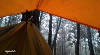 Kakak Iramak yang tertidur di hammock aku tatkala hujan berseru di Puncak Bintang. - diambil setelah bangun tidur - (doc Irma Kusuma Dewi)