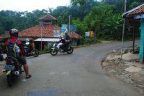 Pertigaan plang penunjuk jalan ke curug. (doc Aditya Dede, taken by me)