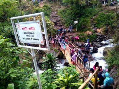 Jalan ke seberang yang dihubungi oleh jembatan bambu buatan penduduk sekitar. (doc n taken by Avrizal)
