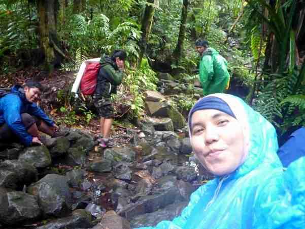 Istirahat pertama setelah trekking lumayan jauh (doc pribadi)