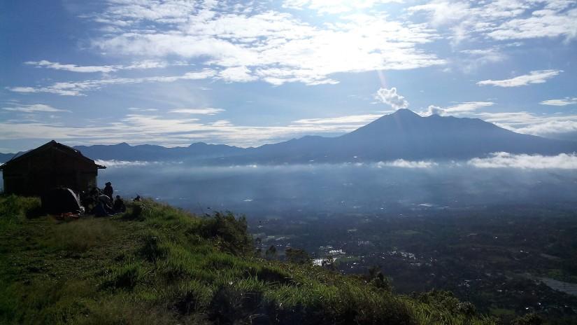 Gunung Gede Pangrango dilihat dari Bukit Alesano. (doc pribadi)