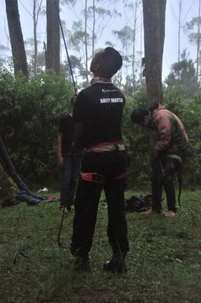 Safety Master pada pemasangan Hammock Tower Gathering Nasional di Cikole, Lembang, Bandung. Tengah mem-belay. Doc pribadi, taken by me.