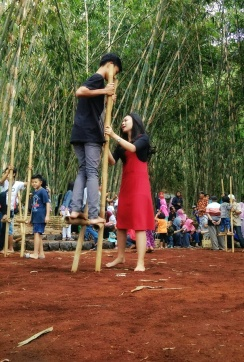 Main egrang yang terbuat dari bambu. Doc by @charisfuadi