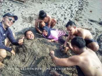 Fun face on the sand beach Doc pribadi