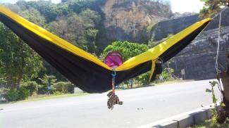 Gantung hammock sembari menunggu teman-teman bermain pantai? Boleh juga nih ;) Doc pribadi