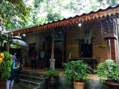 Rumah kediaman, sekaligus showroom batik. Doc by Kuspriyatna
