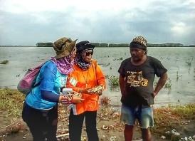 Pengelola Pulau Cemara, ibu Siti Mualimah dan pak Cemong, salah seorang creator spot wisata Pulau Cemara. Doc pribadi, taken by Pak Dade.