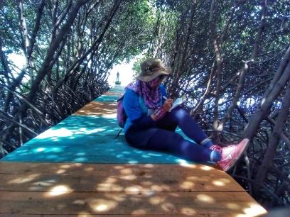 Santai diantara rindangnya mangrove. Doc pribadi, taken by Nizar