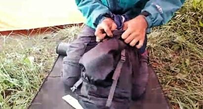Packing underquilt dengan mengkompresnya dalam pouch. Doc Yoko, taken by me