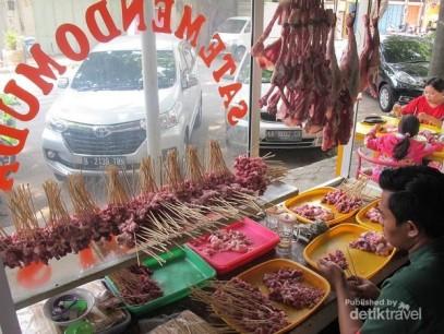 Jajaran daging yag ditumpuk sesuai pesanan. Sumber Google