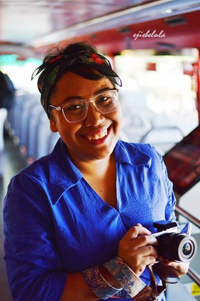 Senyum kak Titi @parah1ta di dalam bus double decker.Doc pribadi