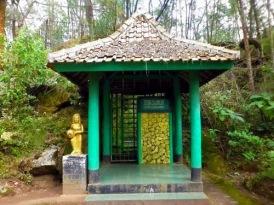 Eyang Kumolosari, penjaga Tirta Prawitasari di Goa Sumur. Sumber Google